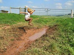 Un rien nous amusait...juste une flaque de boue !