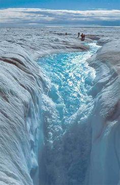 Глетчерний млин, що утворився на крижаному покриві Гренландії