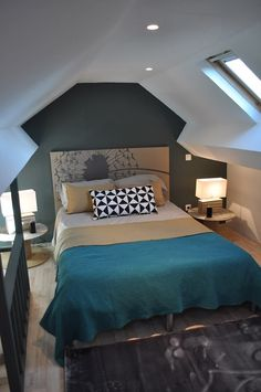 On joue sur la forme géométrique des murs pour créer une chambre design ! Crédit photo : Pinterest/crdecoration.com