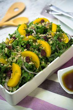 La ensalada de kale, quinoa y duraznos es una opción diferente para que comas sano, rico y que no te quite mucho tiempo cocinarla. Es una ensalada deliciosa acompañada de una rica vinagreta de miel y vinagre balsámico. Tienes que probar ésta ensalada, ya que es fácil y deliciosa.