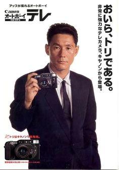 Takeshi Kitano, actor, cineasta, comediante, escritor, poeta, pintor y diseñador de videojuegos japonés, junto a cámara CANON.