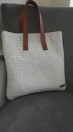 Shopper with leather bottom bag crochet This post was discovered by Gu Borsa a mano corda tote bag bo Discover thousands of images about Beautiful and sturdy crochet pattern for this large and functional handbag in 2 sizes! This is a basic and utilitarian Crochet Shell Stitch, Crochet Tote, Crochet Handbags, Crochet Purses, Knit Crochet, Crochet Shoulder Bags, Diy Bags Purses, Tote Bags Handmade, Fabric Bags