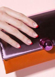 """ELLE-approved: Das ist das beste Produkt für perfekt gepflegte Nägel! Die ELLE-Redaktion lüftet das Geheimnis perfekt gepflegter Nägel: Das """"Nail Repairing Oil"""" von Essence ist ein veganes Nagelöl mit reichhaltigem Arganöl. Es unterstützt das natürliche Nagelwachstum und hilft dabei, die Nageloberfläche zu optimieren."""