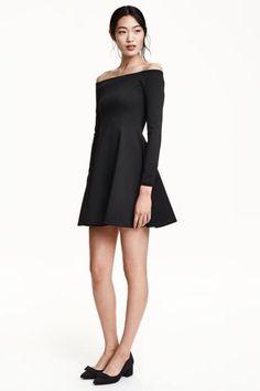 Off-the-shoulderjurk: Een off-the-shoulderjurk van stevig tricot met een lichte glans. De jurk is ongevoerd en heeft lange mouwen en een klokkende rok.