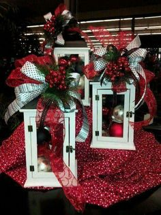 Awesome Christmas Lantern Decoration Ideas Holiday season is fast approaching. Soon many families will rush in shopping malls for Christmas decorations, colorful and beautiful lights, […] Beautiful Christmas Decorations, Christmas Lanterns, Noel Christmas, Christmas Centerpieces, Xmas Decorations, Christmas Projects, Christmas Wreaths, Holiday Decor, Christmas Ideas