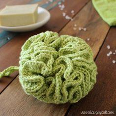 Fleur de douche au crochet - DIY par Alice Gerfault - Knitting And Crocheting Crochet Diy, Learn To Crochet, Crochet Hooks, Beginner Crochet, Flower Crochet, Diy Flower, Crochet Ideas, Mobiles En Crochet, Crochet Mobile