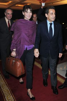 French first lady Carla Bruni-Sarkozy and French President Nicolas Sarkozy arrive at the Taj Mahal Palace Hotel on December 2010 in New Delhi, India. Carla Bruni, French First Lady, Parisian Chic Style, French Chic, World Of Fashion, France, Casual Chic, Style Icons, Supermodels