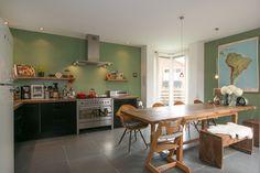 Keuken met olijfgroene muur