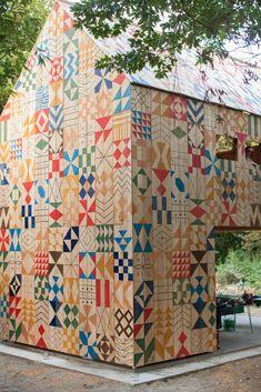 Облицовка деревянного дома пестрого цвета в современном стиле