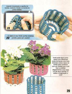 Voici un joli modèle de vase au crochet fait à partir des languettes des canettes , avec son pas à pas en images , trouvé ici ... Et voici le pas à pas en image des vases languettes au crochet Ouvrez les images dans un nouvele onglet ou fenêtre pour les...