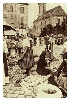 1906. Piac a Döbrentei téren. Old Pictures, Old Photos, Vintage Photos, Crop Circles, Working People, Budapest Hungary, Vintage Photography, Historical Photos, Croatia