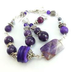 Komplet biżuterii z fioletowymi kamieniami ametystu, marmuru i howlitu.
