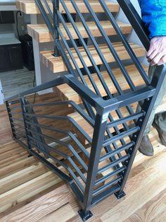 Interior Stair Railing, Modern Stair Railing, Iron Stair Railing, Metal Stairs, Staircase Railings, Modern Stairs, Staircase Design, Balcony Grill Design, Balcony Railing Design