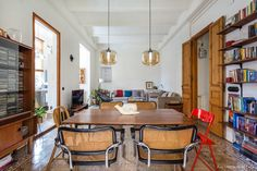 Sala de jantar com ladrilhos hidráulicos em um apartamento em Barcelona Simple Dining Table, Interior Styling, Interior Design, Funky Home Decor, Living Spaces, Living Room, Apartment Living, Apartment Therapy, Room Inspiration