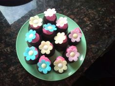 Kindertaartje: negerzoen, cupcaketopping met een eetbaar bloemetje, snel klaar en een supersucces