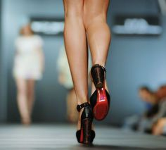 Os sapatos de salto alto são queridinhos de muitas mulheres e, quem gosta dos modelos mas não os usa com frequência, provavelmente já enfrentou uma ou outra situação constrangedora ao caminhar. Pisar em falso, tropeçar, tremer as pernas e andar meio sem equilíbrio são algumas situações comuns para quem não