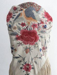 Mantoncillo antiguo en beige bordado con flores y pájaros de colores