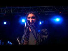 """Ο Γιάννης Χαρούλης στο Φεστιβάλ """"Μουσών"""" στο Ελατοχώρι Πιερίας στις 11 Αυγούστου 2012.    Εγώ κρασί δεν έπινα      Στίχοι: Παραδοσιακό  Μουσική: Παραδοσιακό    Εγώ κρασί δεν έπινα  ρακί για να μεθύσω,  τώρα τα πίνω και τα δυο  για να σε λησμονήσω.    Εσύ ήσουνα που μου 'λεγες  αν δεν με δεις πεθαίνεις  τώρα γυρίζεις και μου λες  ποιος είσαι πού με ξέρεις.    ___..."""