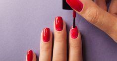 Al momento de pintarnos las uñas nos encontramos con varios obstáculos, pero con los tips que te daremos ahora, lograrás uñas perfectas.