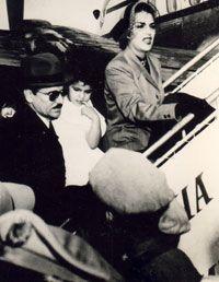 Caída sin gloria, calificaron varias  publicaciones al desmoronamiento del  Gobierno de Prío, quien en la foto parte  al exilio con su mujer e hija.Cuba,1952