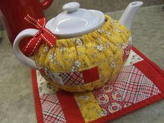 Love the button and contrasting bias tape. OH FOR CUTE! | Sewing ... : quilted tea cosy - Adamdwight.com