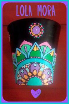"""""""El arte es, sobre todo, un estado del alma"""". Maceta de cerámica pintada a mano Painted Clay Pots, Painted Flower Pots, Hand Painted, Flower Patterns, Flower Designs, Mexican Artwork, Clay Flower Pots, Clay Pot Crafts, Bottle Painting"""
