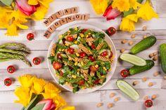 WITAJ WIOSNO! Sałatka z makaronem, pastą z ciecierzycy i kolorowymi warzywami.
