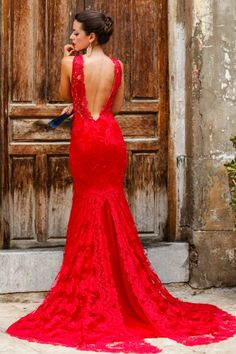 A red lace dress is always going to make you look irresistible! Via sillaparamibolsoblog Dress: Silvia Navarro