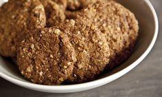 Ovesné sušenky  1 hrnek ovesných vloček 1 hrnek špaldové mouky (můžete použít klasickou hladkou) 1/2 hrnku třtinového cukru 1/2 hrnku strouhaných vlašských nebo lískových ořechů 130 g másla 3 lžíce javorového sirupu nebo medu 2 lžíce vody 1 1/2 lžičky jedlé sody špetka skořice lžička vanilkové esence volitelné: 4 lžíce slunečnicových semínek, lněných (drcených), sezamových, sekaných dýňových, máku,