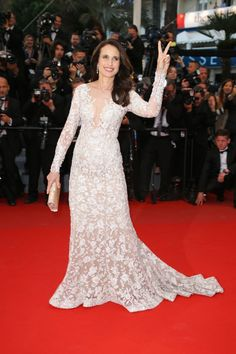 Andie MacDowell, in Ralph & Russo, and nailing her accessories: a smile and a peace sign