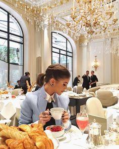 Bonjour! Café da manhã no incrível @plaza_athenee no melhor estilo parisiense com a minha @camilacoelho. Uma ótima segunda-feira e uma semana abençoada a todos! #FhitsParis #FhitsTeam #PFW