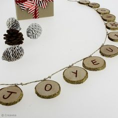 Fabriquer une guirlande de Noël en bois Deco Originale, Place Cards, Place Card Holders, Jewelry, Jewlery, Jewerly, Schmuck, Jewels, Jewelery
