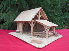 Crèche de Noël éclairée « Belle Normande », tout le charme d'une crèche entièrement réalisée à la main par mes soins, tout en chêne et hêtre naturels. Les poutres, le râtelier, le banc et les outils sont en chêne travaillé. Les lames du toit sont en hêtre travaillé avec une
