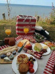 Picnic breakfast picnic, picnic foods, picnic date. Picnic Date Food, Picnic Time, Picnic Ideas, Beach Picnic Foods, Camping Ideas, Healthy Picnic Foods, Picnic Dinner, Fall Picnic, Picnic Parties