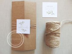 Invitaciones sencillas y elegantes en papel kraft con un aire rústico. Diseño de Tu día Con Amor