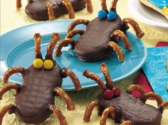 Cutie Bugs made from Nutter Butter Cookies Fete Halloween, Halloween Treats, Easy Halloween, Lunch Snacks, Bug Snacks, Holiday Treats, Holiday Recipes, Nutter Butter Cookies, Think Food