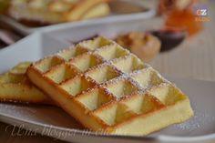 Waffle, dei soffici dolci per colazione o merenda da servire tiepidi con salse, topping, gelato, frutta, cioccolato. Facili anche senza cialdiera.