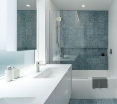 Decoração de banheiro atual. Revestimentos azuis e brancos aquecem e trazem modernidade.🌿🏠 #lilianazenaro #decoracao #reforma #interiores  #designdeinteriores #decoradora #reformaresidencial #reformadebanheiro #inspiração #bathroom #iluminação