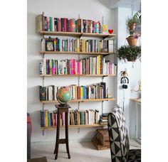 Conheça a casa de quem é de humanas, essa morada de muitos livros, objetos estranhos e muita criatividade