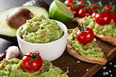 The best guacamole recipe, tips on how to prepare and gourmet dishes to make eating avocados more interesting. Ever heard of guacamole pizza? Oh yeah Healthy Foods To Eat, Healthy Dinner Recipes, Avocados From Mexico, Avocado Benefits, Avocado Hummus, Mashed Avocado, Homemade Guacamole, Avocado Recipes, Burger