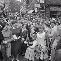 Petticoat Lane Market, Middlesex Street, Whitechapel, City Of London, Greater London Vintage London, Old London, London City, London History, British History, London Market, East End London, London Photos, Historical Pictures