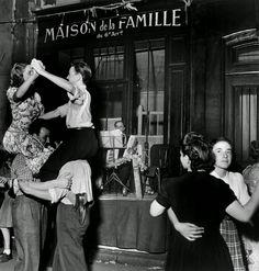 vintage everyday: 30 Amazing B&W Photos of Street Scenes of Paris |¤ Robert Doisneau, c.1940s-50s