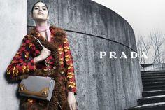 Il marchio Prada propone una collezione di borse che di sicuro non passa inosservata: nuove simmetrie, colori vibranti e pellami pregiati. http://www.stilemagazine.it/borse-prada-autunno-inverno-2014-15/