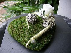 Grave decorations MOOSHERZ Rose white natural material All Saints Day - Flowers Funeral Flower Arrangements, Funeral Flowers, Floral Arrangements, Grave Decorations, Flower Decorations, Grafting Plants, All Saints Day, Candle Spells, Natural Materials