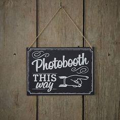 Der Wegweiser zeigt den Hochzeitsgästen wo es zum lustigen Photobooth geht.