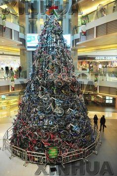 自転車300台でクリスマスツリー