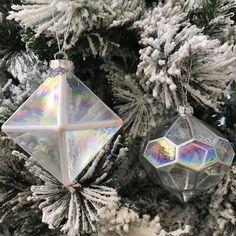 Diese schönen Kugeln sind sicher, um jeden Weihnachtsbaum aufzuhellen Christmas Colour Schemes, Christmas Colors, Christmas Tree Decorations, Christmas Holidays, Christmas Bulbs, Holiday Decor, Beautiful Christmas Trees, Christen, Geometry
