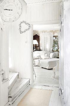 Rintamamiestalo Oulaisissa on kuin pitsilinna Decor, Furniture, Round Mirror Bathroom, House, Vintage Decor, Home Decor, Mirror