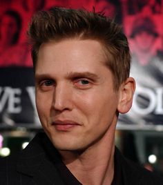 Barry Pepper.............. whom ur smiling 4 ?????