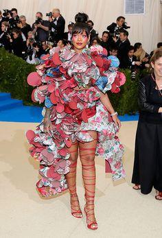 Ce lundi 1er mai le célèbre Gala du MET célébrait la mode. L'occasion de voir défiler sur le tapis rouge d'incroyables créations sur les plus belles créatures du monde. Voici notre best-off !    Focus : rihanna, dress, flower, hearts, robe, fleurs, coeurs, met gala